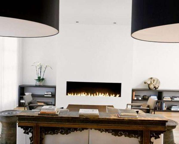 газовый камин в интерьере светлой гостиной в городской квартире