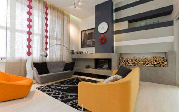 камин в интерьере гостиной в городской квартире