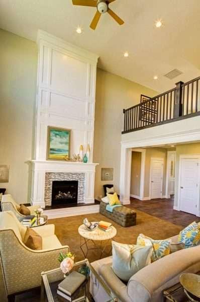 камин в интерьере светлой гостиной в квартире