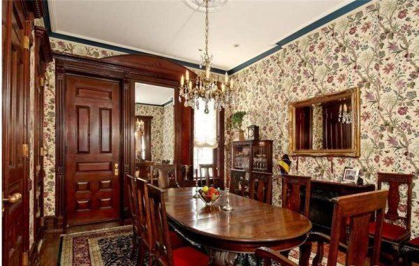 викторианская классика в интерьере гостиной с обеденной зоной