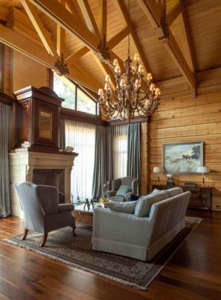 Классический стиль с деревянной обшивкой гостиной подойдет для загородного дома
