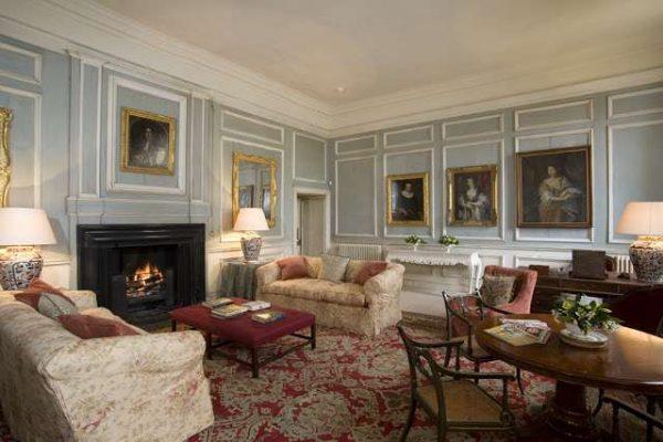 картины на стенах гостиной в классическом стиле