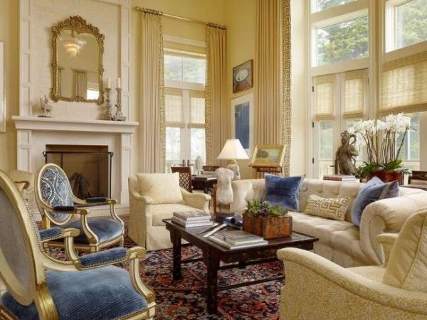 Гостиная в классическом стиле с синими стульями