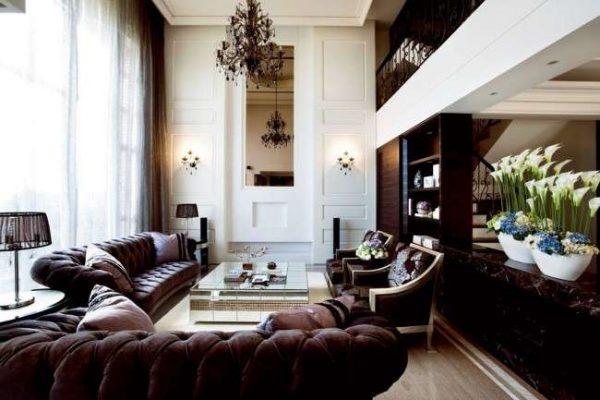 тёмная мебель в гостиной в классическом стиле
