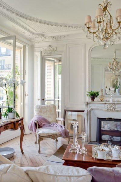 камин и люстра в гостиной в классическом стиле