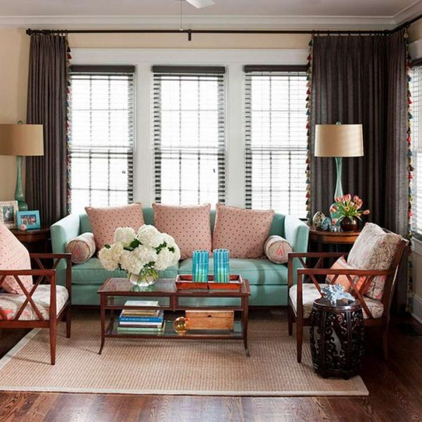 коричневые шторы в сочетании с другими цветами в интерьере гостиной