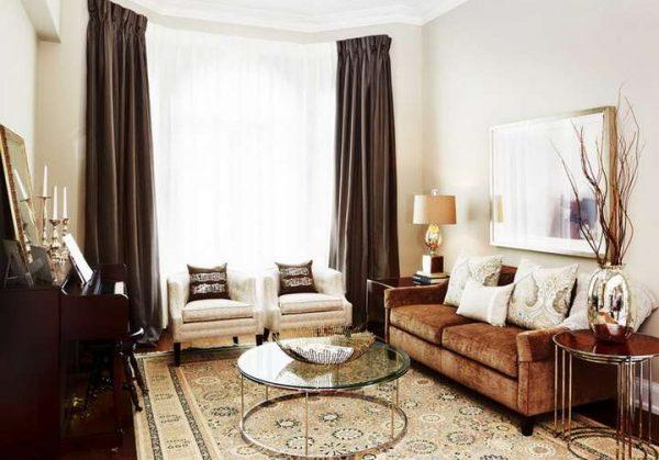 коричневые шторы в интерьере гостиной с белыми стенами и коричневой мебелью