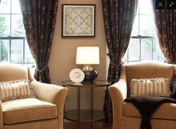 коричневые шторы в интерьере бежевой гостиной