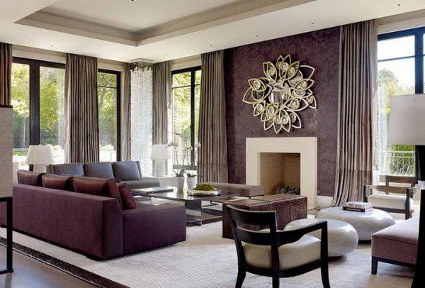 коричневые шторы в интерьере фиолетовой гостиной