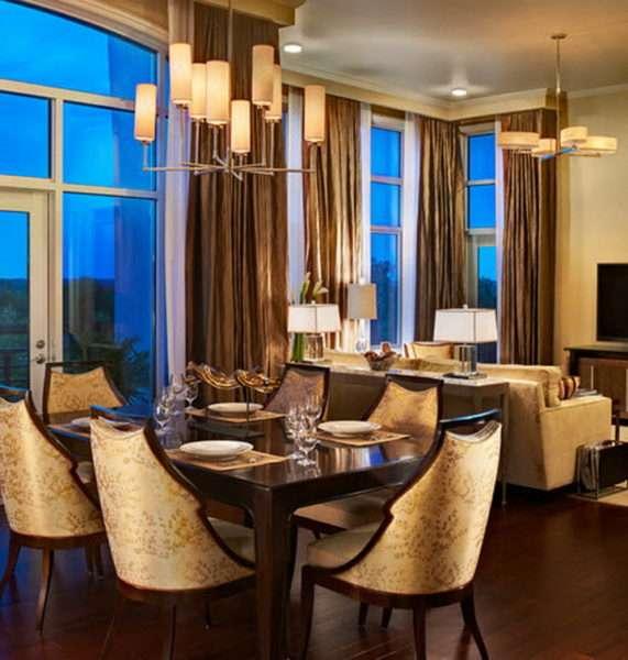 коричневые шторы в интерьере кухни-гостиной
