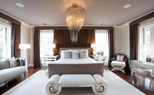 коричневые шторы в интерьере гостиной с белой мебелью