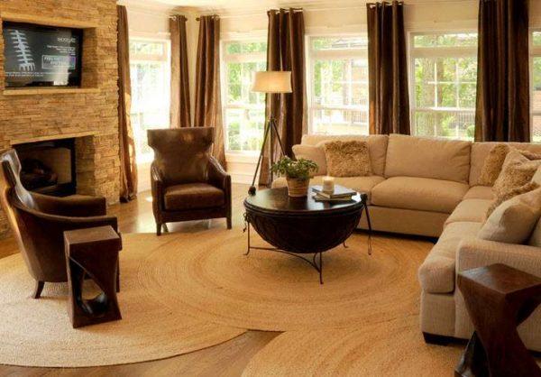 шоколадные шторы в интерьере коричневой гостиной