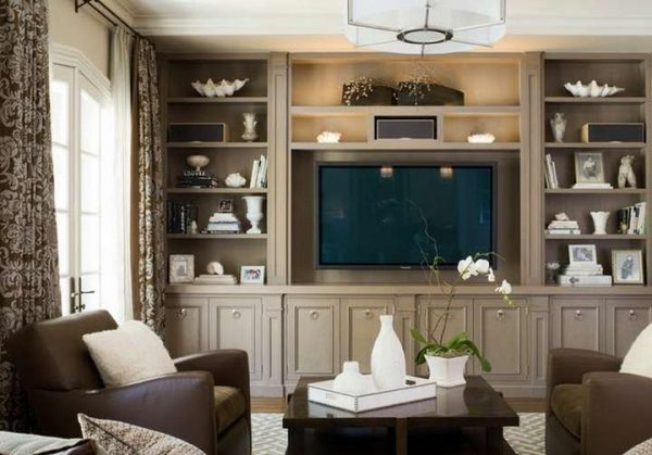 коричневые шторы в интерьере гостиной в коричнево-серых тонах