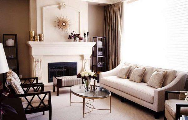 коричневые шторы в интерьере гостиной в бежевых тонах