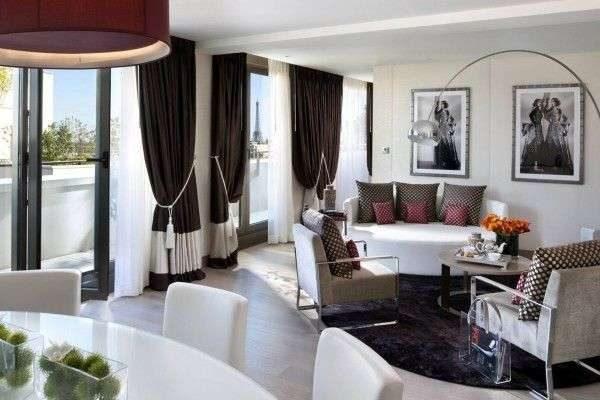 коричневые шторы с подвязками в интерьере гостиной