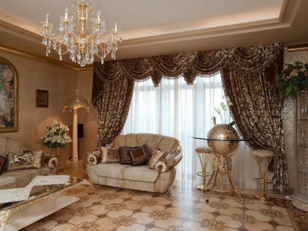 Коричневые шторы в интерьере гостиной с золотом