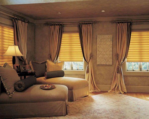 коричневые шторы с подхватами в интерьере