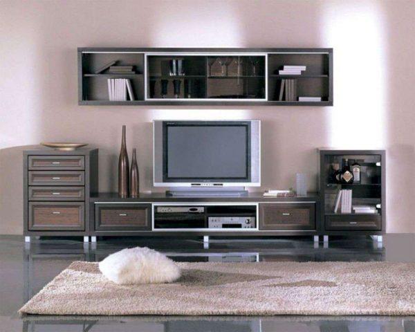 Корпусная мебель с навесным шкафом в интерьере гостиной