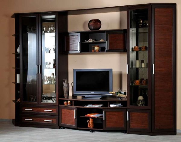 корпусная мебель в интерьере гостиной с деревянными фасадами