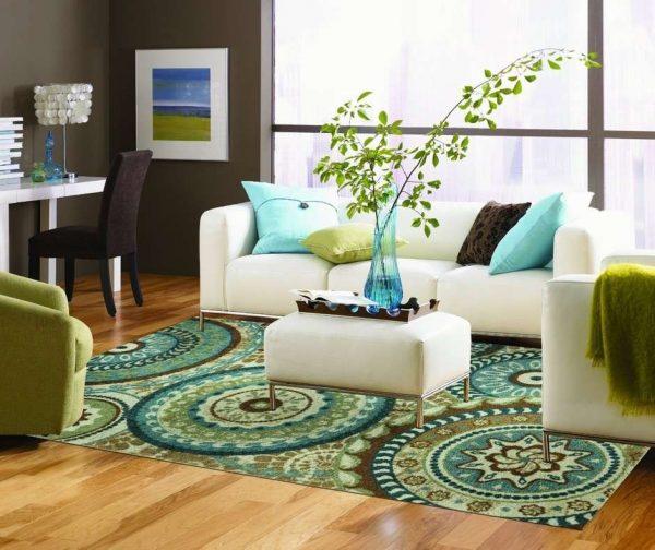 ковёр в интерьере яркой гостиной