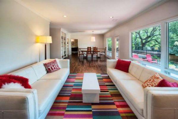 яркий ковёр ручной работы в интерьере гостиной