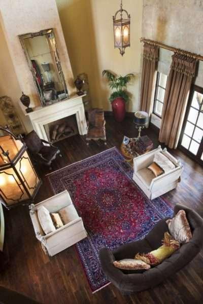 классический интерьер гостиной с ковром