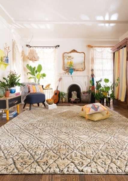 большой ковёр в интерьере гостиной