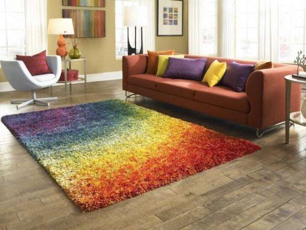яркий ковёр в интерьере гостиной