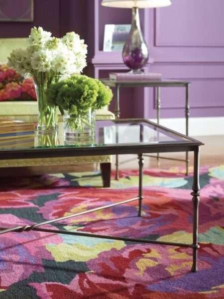 яркий большой ковёр на полу гостиной