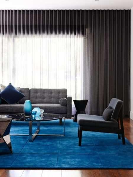синий ковёр в интерьере гостиной