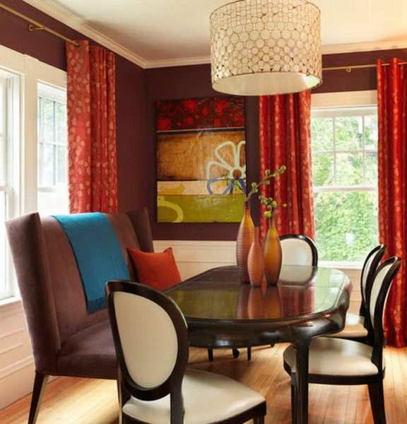красные шторы в интерьере гостиной в классическом стиле