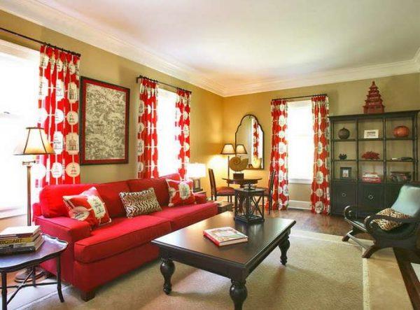 красные шторы в интерьере гостиной с чёрной мебелью