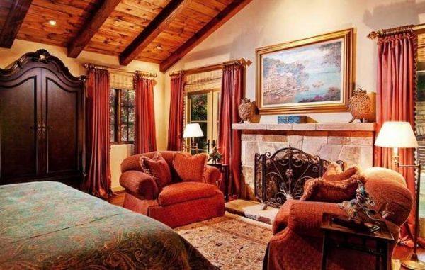 красные шторы в интерьере гостиной с камином