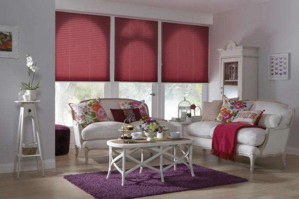 красные шторы жалюзи в интерьере светлой гостиной