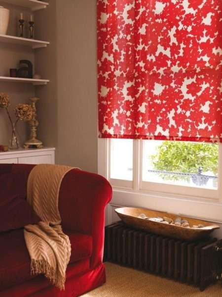 красные шторы с пёстрым рисунком в интерьере гостиной