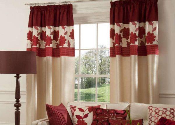 красно-белые шторы в интерьере гостиной