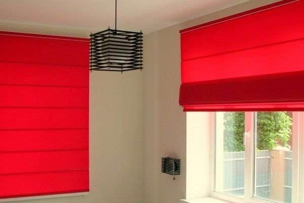 красные римские шторы в интерьере гостиной