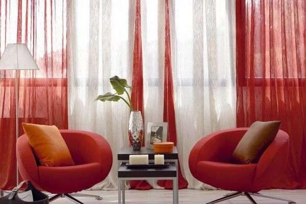 красные прозрачные шторы в интерьере гостиной