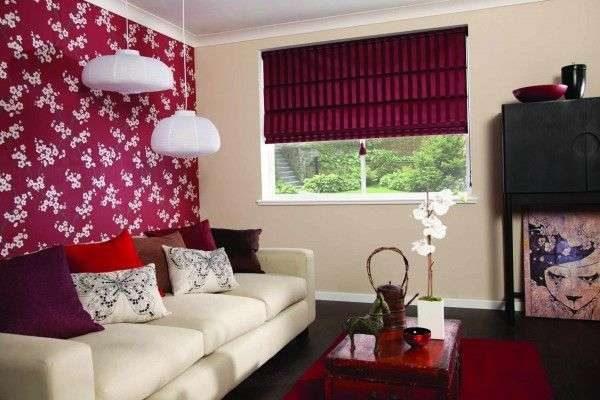 красные римские шторы в интерьере гостиной с белым диваном