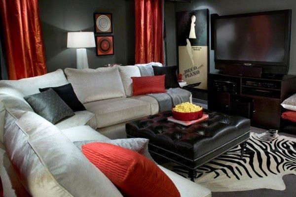 красные атласные шторы в интерьере гостиной