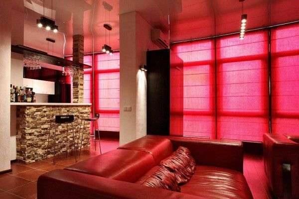 красные шторы жалюзи в интерьере гостиной
