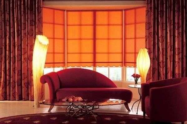 красные шторы в интерьере гостиной с красной мебелью