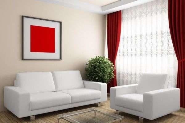 красные шторы в интерьере гостиной с белоснежной мебелью