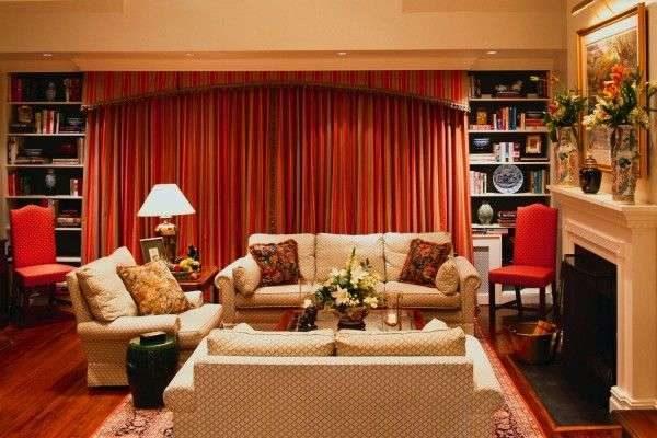 красные шторы в интерьере гостиной с бежевой мебелью
