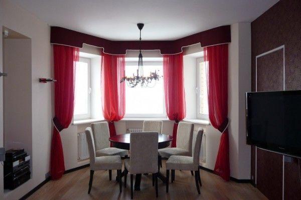 красные шторы в интерьере гостиной с эркером