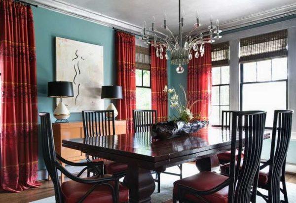 красные шторы в интерьере гостиной с голубыми стенами