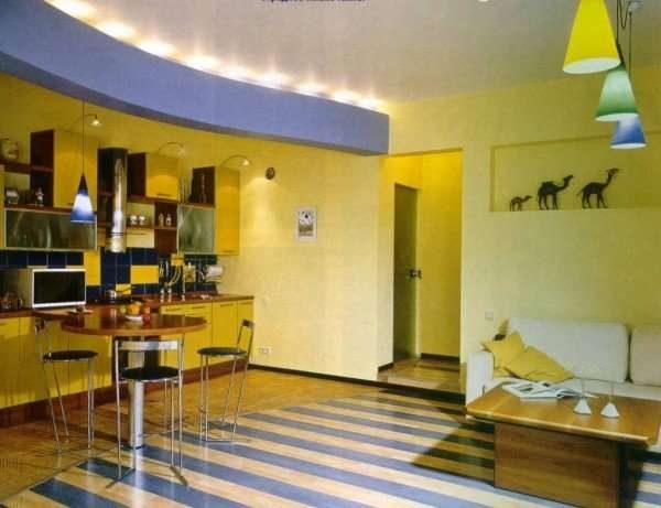 жёлто-голубая кухня гостиная 15 кв.м