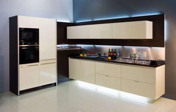 Встроенная бытовая техника на кухне гостиной