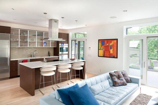 совмещённая кухня гостиная с голубым диваном