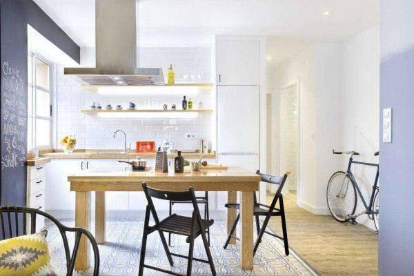 светлый кухонный гарнитур в интерьере небольшой кухни гостиной